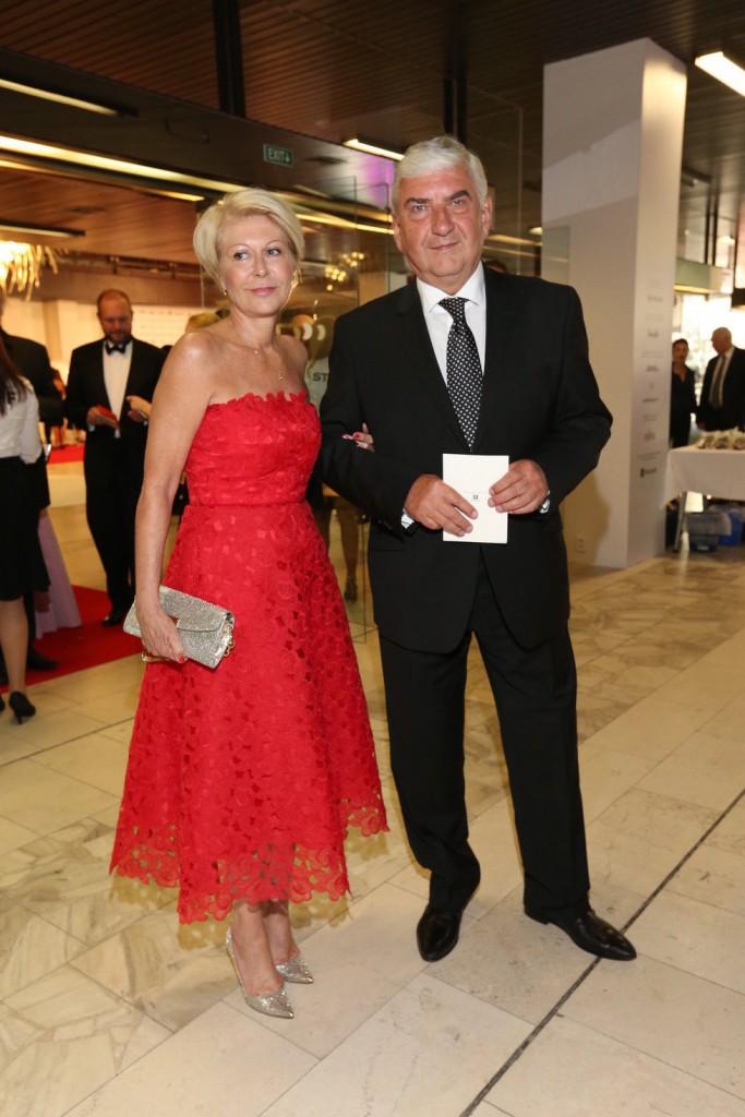 Červenou róbu zvolila i manžela herce Miroslava Donutila. Zuzana Donutilová zvolila kratší délkou šatů.
