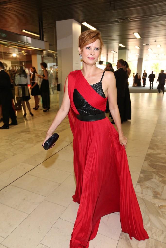 Herečka Jitka Schneidrová byla jedna z dam, která zvolila červené šaty doplněné o šperky Bvlgari.