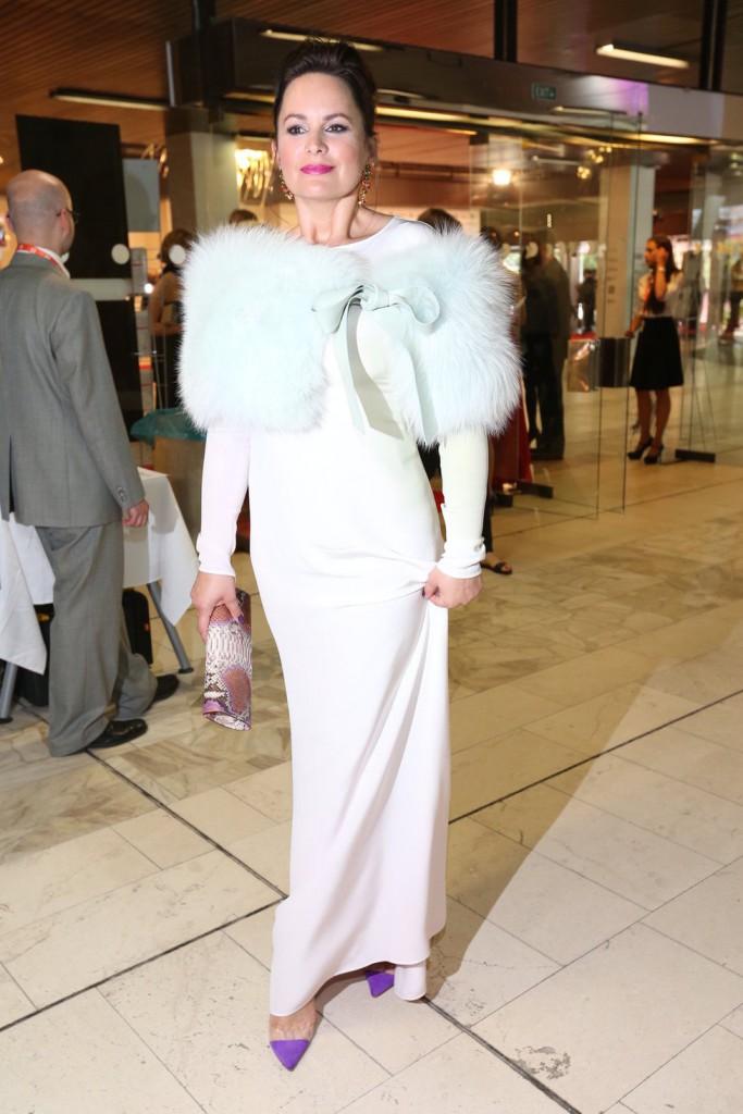 V bílé dorazila i herečka Jitka Čvančarová, ale v poněkud podivné róbě na probíhající horka.