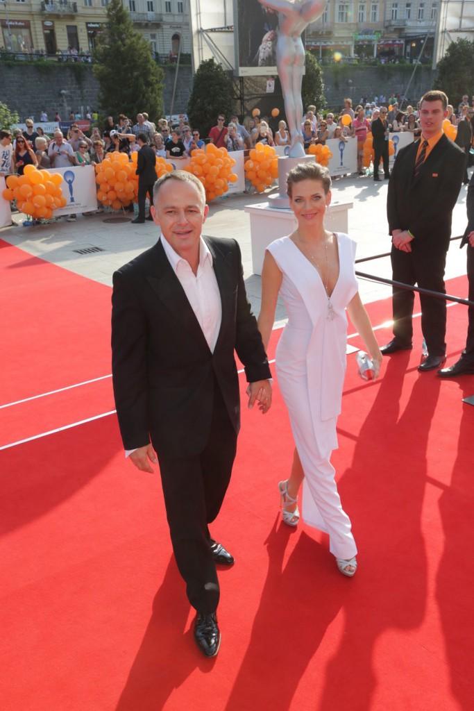 Modelka Andrea Verešová v bílé se svým mužem.