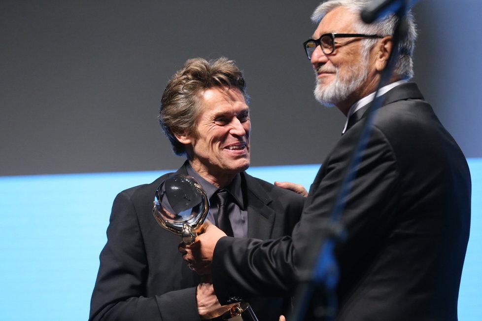 Herec Willem Dafoe přebírá od Jiřího Bartošky Křišťálový globus za přínos světové kinematografii.
